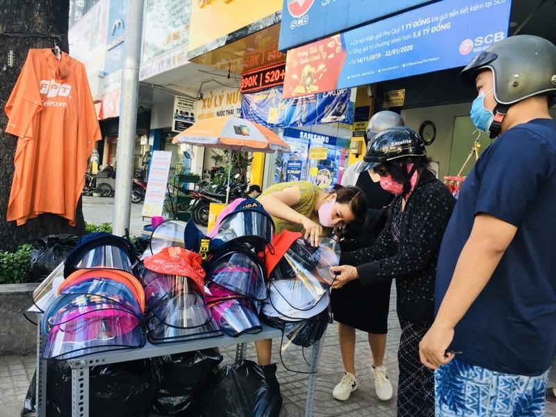 Độc lạ nón phòng dịch COVID-19 giữa đường phố Sài Gòn - ảnh 11