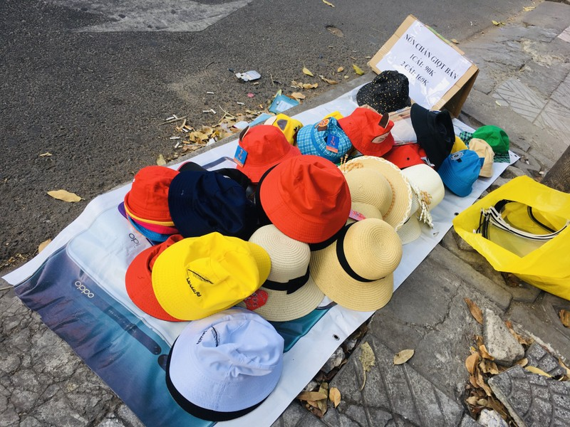 Độc lạ nón phòng dịch COVID-19 giữa đường phố Sài Gòn - ảnh 7
