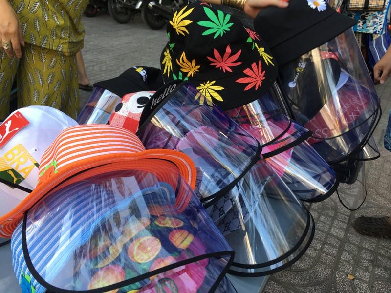 Độc lạ nón phòng dịch COVID-19 giữa đường phố Sài Gòn - ảnh 3