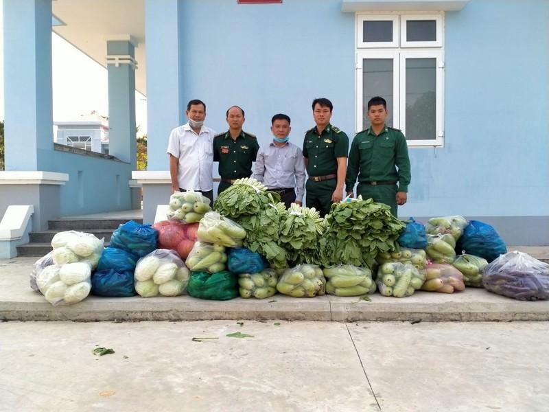 Người dân Tây Ninh gửi quà cho bộ đội biên phòng mùa COVID-19 - ảnh 2