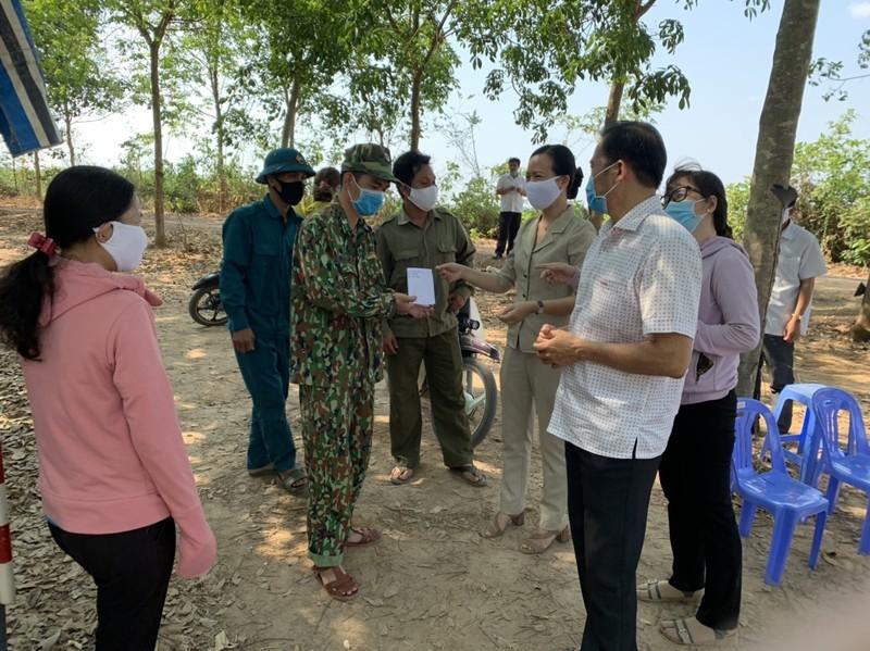 Người dân Tây Ninh gửi quà cho bộ đội biên phòng mùa COVID-19 - ảnh 1