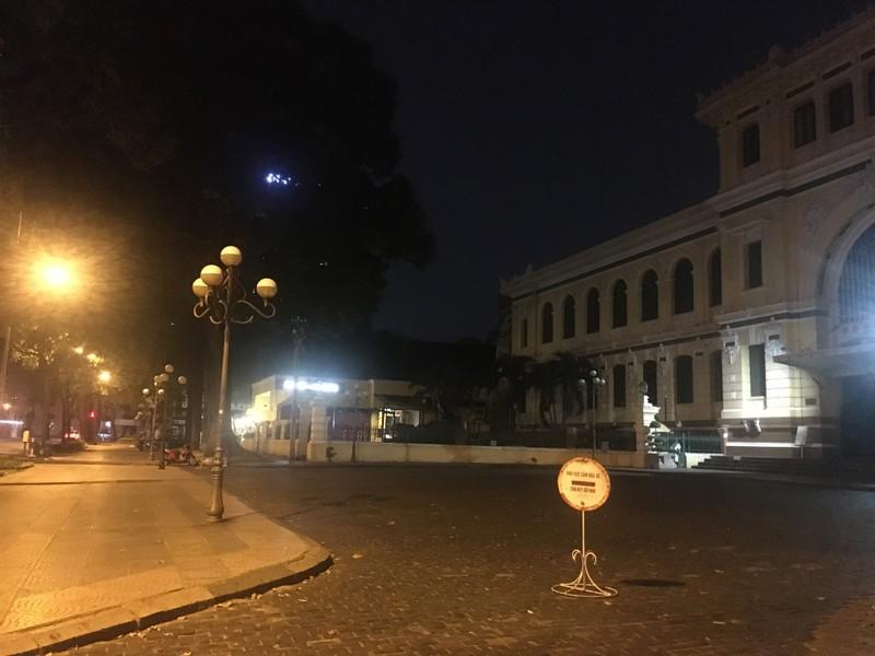 Phố đi bộ, nhà thờ Đức Bà vắng vẻ trong tối thứ Bảy - ảnh 4