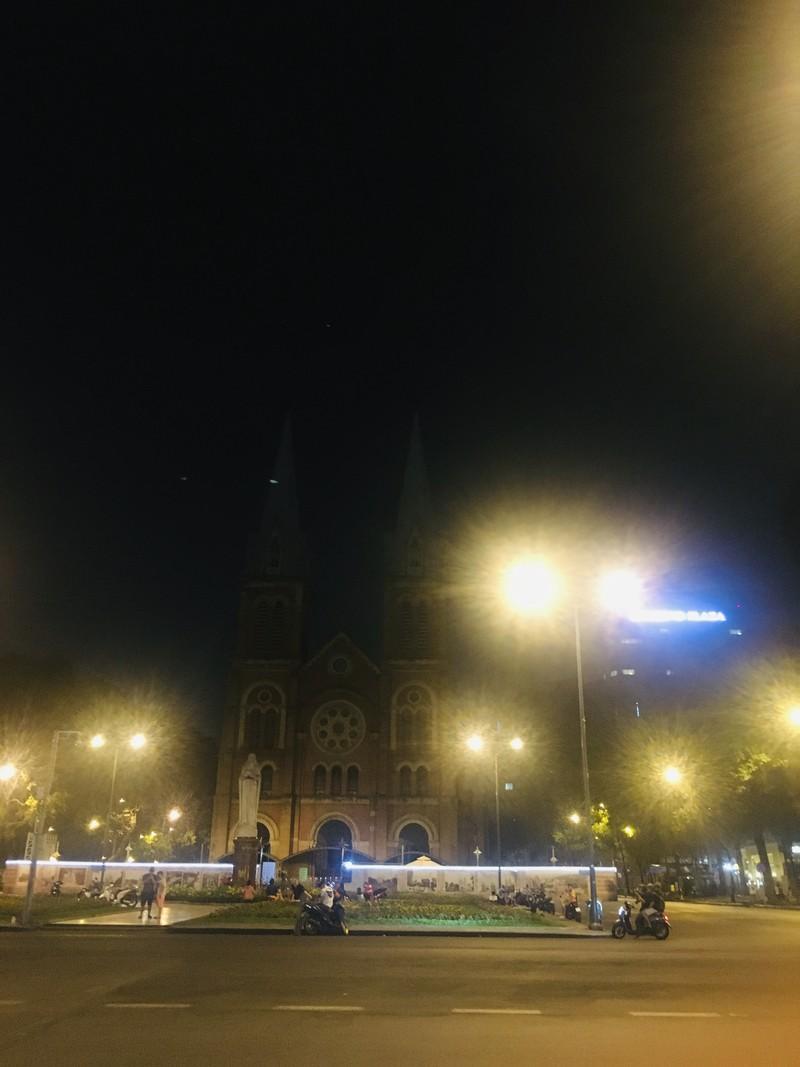 Phố đi bộ, nhà thờ Đức Bà vắng vẻ trong tối thứ Bảy - ảnh 5