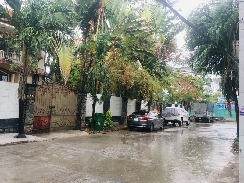 Mưa trắng trời ở nhiều quận huyện TP.HCM, dân đỡ ngột ngạt - ảnh 1