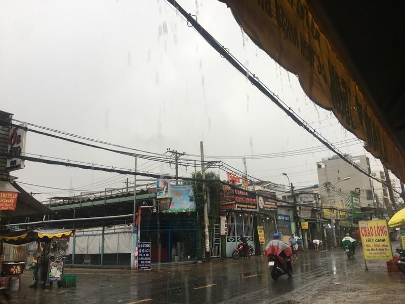 Mưa trắng trời ở nhiều quận huyện TP.HCM, dân đỡ ngột ngạt - ảnh 8