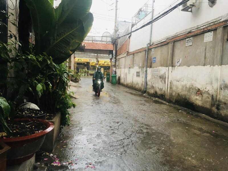Mưa trắng trời ở nhiều quận huyện TP.HCM, dân đỡ ngột ngạt - ảnh 3