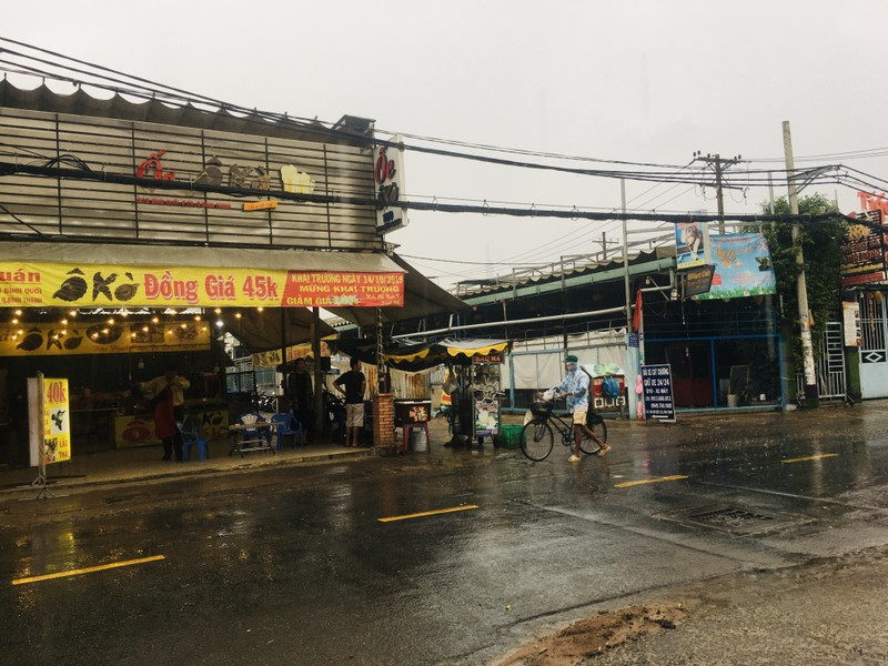 Mưa trắng trời ở nhiều quận huyện TP.HCM, dân đỡ ngột ngạt - ảnh 6