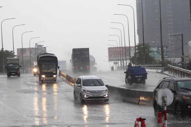Mưa trắng trời ở nhiều quận huyện TP.HCM, dân đỡ ngột ngạt - ảnh 2