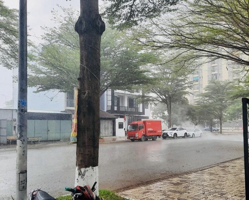 Mưa trắng trời ở nhiều quận huyện TP.HCM, dân đỡ ngột ngạt - ảnh 4