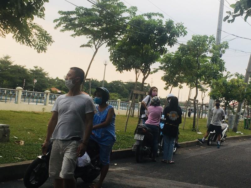 Dân chui qua dây chắn vào công viên tụ tập, 'quên' khẩu trang - ảnh 3