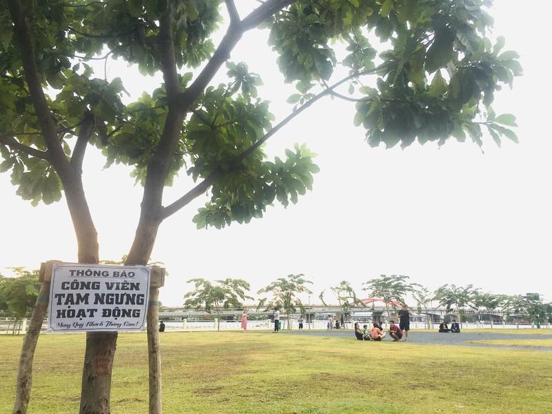 Dân chui qua dây chắn vào công viên tụ tập, 'quên' khẩu trang - ảnh 10