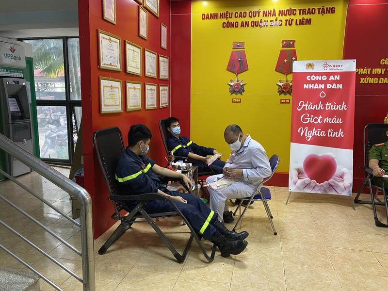 Công an chung tay hiến máu nghĩa tình mùa dịch COVID-19 - ảnh 1