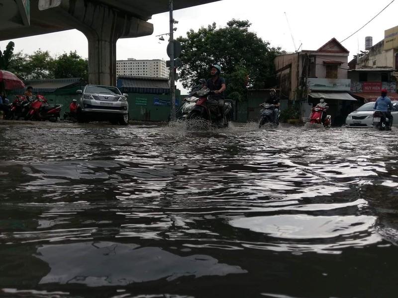 Đường hóa sông, người Sài Gòn bì bõm trong cơn mưa tầm tã - ảnh 2