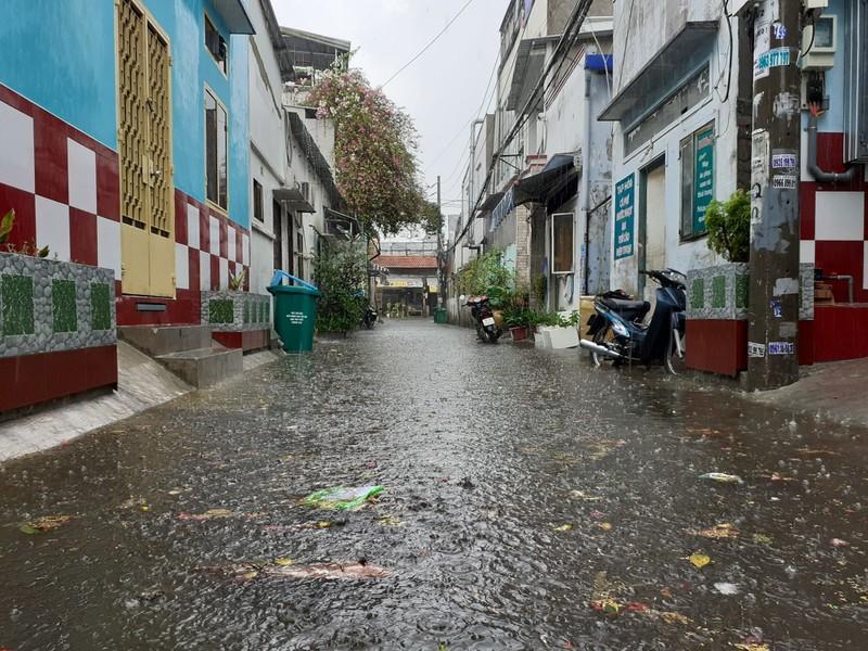 Đường hóa sông, người Sài Gòn bì bõm trong cơn mưa tầm tã - ảnh 1