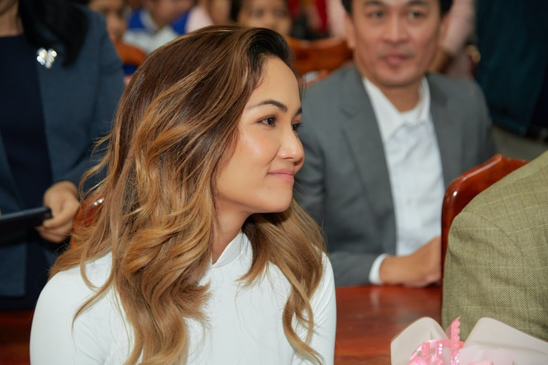 Hoa hậu H'Hen Niê giản dị áo dài trắng về thăm trường cũ - ảnh 4