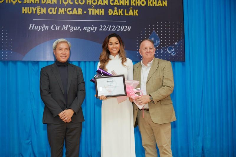 Hoa hậu H'Hen Niê giản dị áo dài trắng về thăm trường cũ - ảnh 7