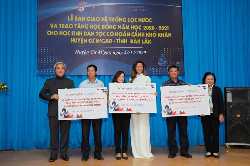 Hoa hậu H'Hen Niê giản dị áo dài trắng về thăm trường cũ - ảnh 3