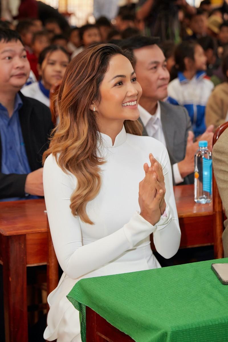 Hoa hậu H'Hen Niê giản dị áo dài trắng về thăm trường cũ - ảnh 8