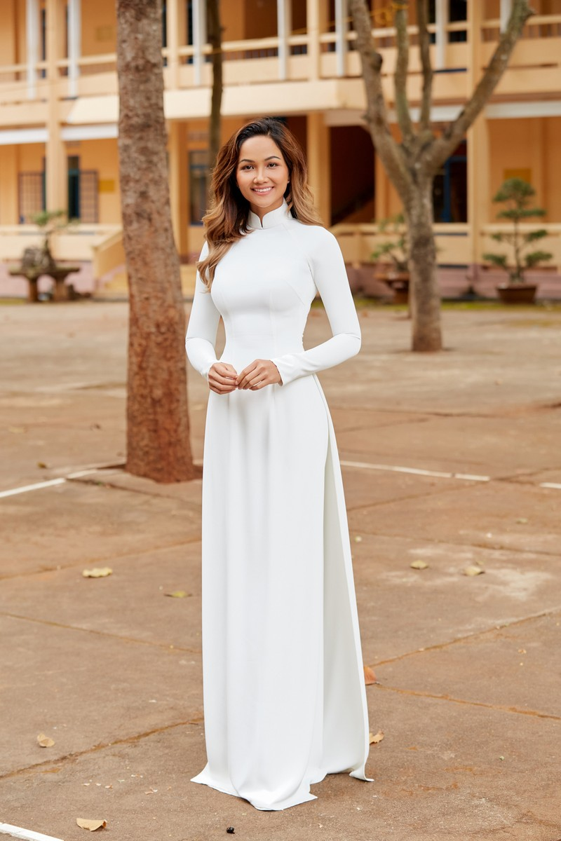 Hoa hậu H'Hen Niê giản dị áo dài trắng về thăm trường cũ - ảnh 9