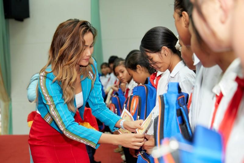 Hoa hậu H'Hen Niê giản dị áo dài trắng về thăm trường cũ - ảnh 11