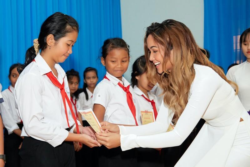 Hoa hậu H'Hen Niê giản dị áo dài trắng về thăm trường cũ - ảnh 10