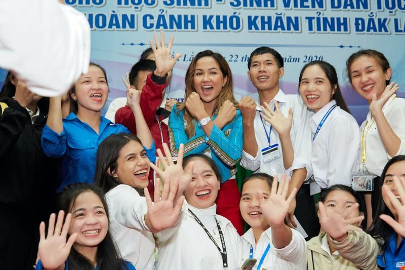 Hoa hậu H'Hen Niê giản dị áo dài trắng về thăm trường cũ - ảnh 13