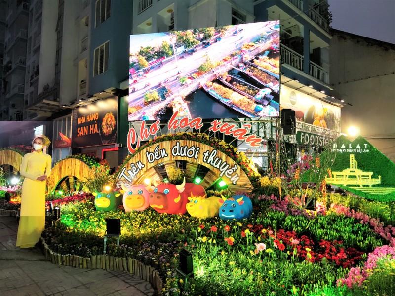 Dân Sài Gòn đeo khẩu trang đi chợ hoa trên bến dưới thuyền - ảnh 3