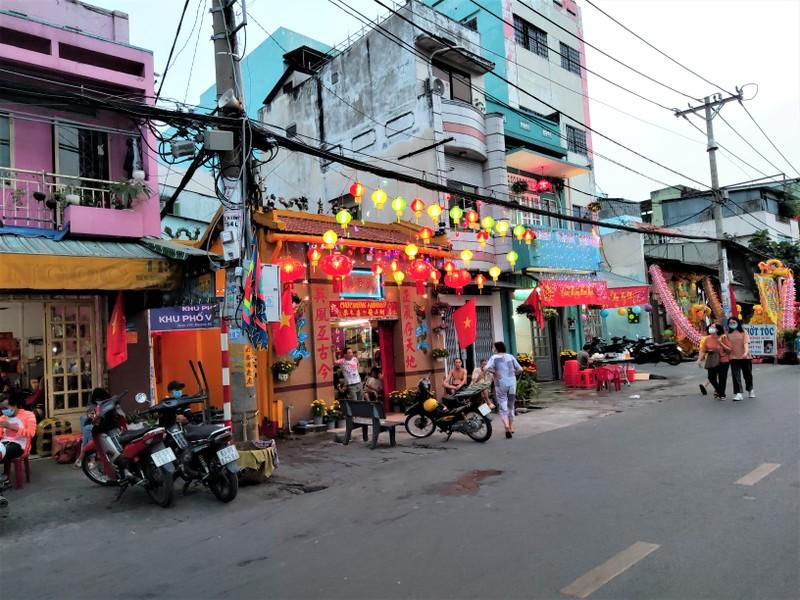 Dân Sài Gòn đeo khẩu trang đi chợ hoa trên bến dưới thuyền - ảnh 5
