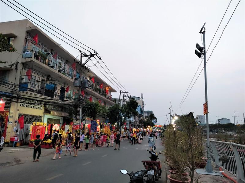 Dân Sài Gòn đeo khẩu trang đi chợ hoa trên bến dưới thuyền - ảnh 7