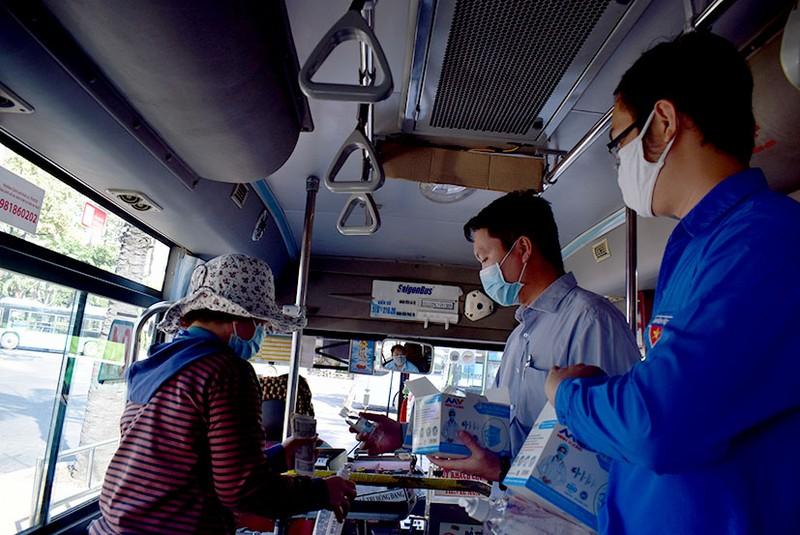 Phát khẩu trang và nước rửa tay miễn phí cho người đi xe buýt - ảnh 6