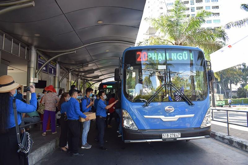 Phát khẩu trang và nước rửa tay miễn phí cho người đi xe buýt - ảnh 8