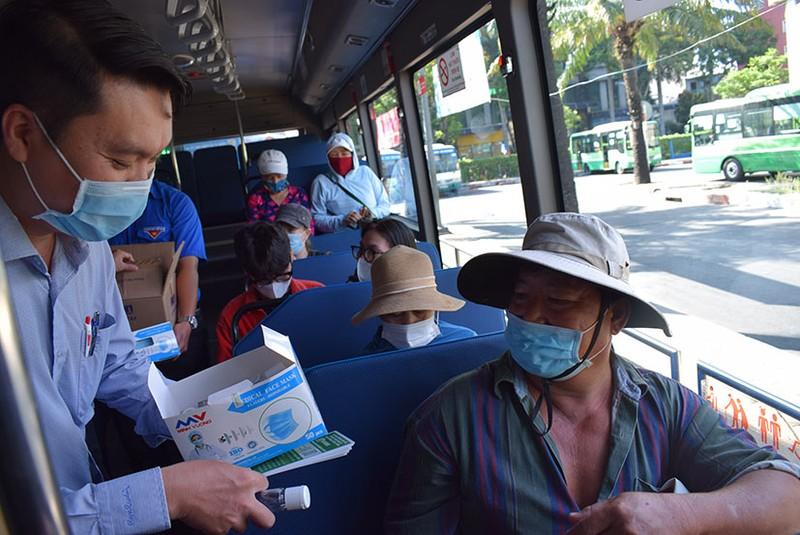 Phát khẩu trang và nước rửa tay miễn phí cho người đi xe buýt - ảnh 2