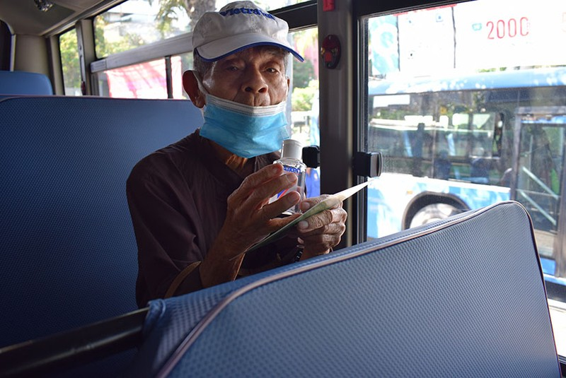 Phát khẩu trang và nước rửa tay miễn phí cho người đi xe buýt - ảnh 3