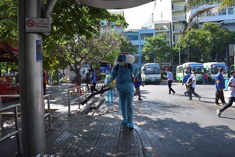 Phát khẩu trang và nước rửa tay miễn phí cho người đi xe buýt - ảnh 4
