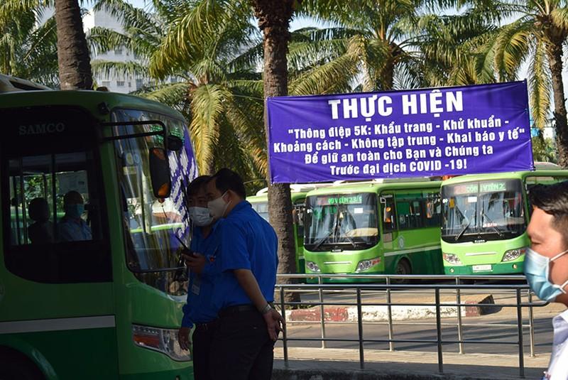 Phát khẩu trang và nước rửa tay miễn phí cho người đi xe buýt - ảnh 9