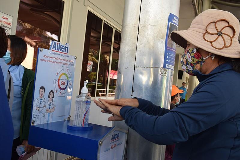 Phát khẩu trang và nước rửa tay miễn phí cho người đi xe buýt - ảnh 12