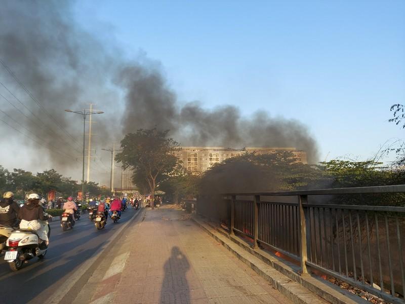 TP.HCM: Đốt rác gây cháy trên đường Phạm Văn Đồng - ảnh 1