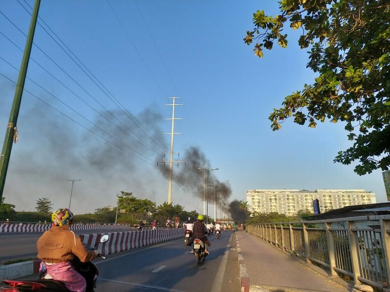 TP.HCM: Đốt rác gây cháy trên đường Phạm Văn Đồng - ảnh 2
