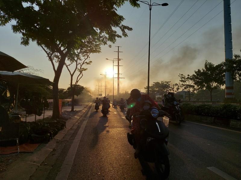 TP.HCM: Đốt rác gây cháy trên đường Phạm Văn Đồng - ảnh 3