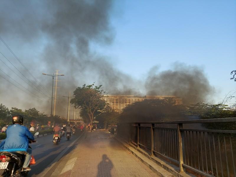 TP.HCM: Đốt rác gây cháy trên đường Phạm Văn Đồng - ảnh 4