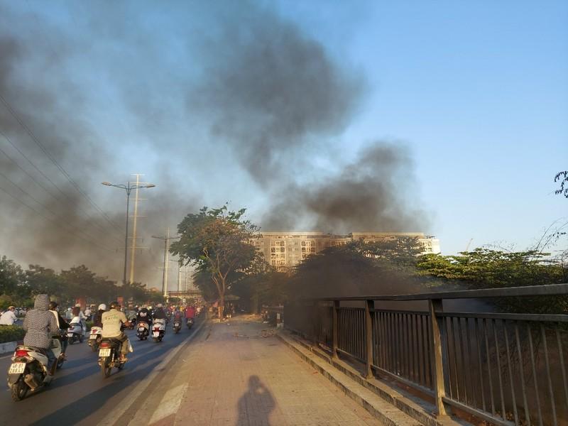 TP.HCM: Đốt rác gây cháy trên đường Phạm Văn Đồng - ảnh 5