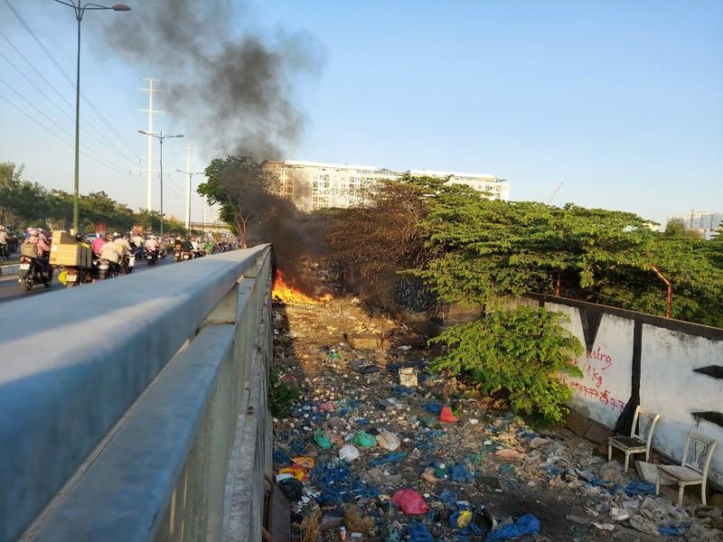 TP.HCM: Đốt rác gây cháy trên đường Phạm Văn Đồng - ảnh 6