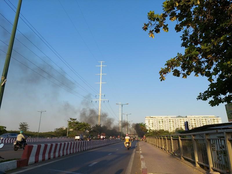 TP.HCM: Đốt rác gây cháy trên đường Phạm Văn Đồng - ảnh 7