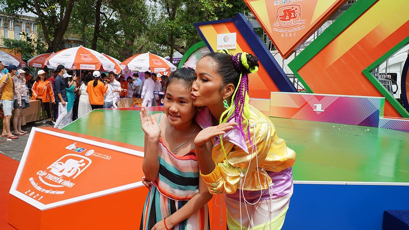 Hoa hậu H'Hen Niê tự làm tóc, trang điểm chẳng kém stylist - ảnh 7