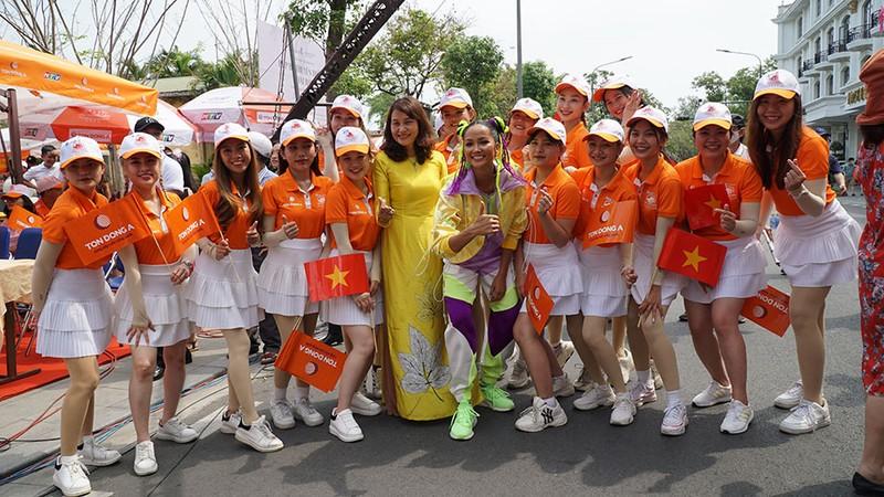 Hoa hậu H'Hen Niê tự làm tóc, trang điểm chẳng kém stylist - ảnh 2