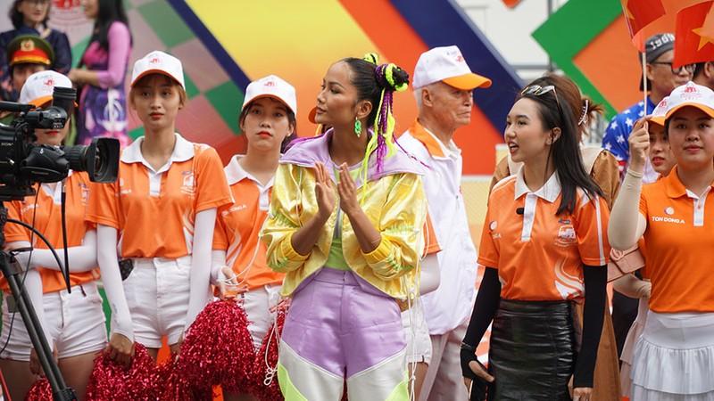 Hoa hậu H'Hen Niê tự làm tóc, trang điểm chẳng kém stylist - ảnh 8