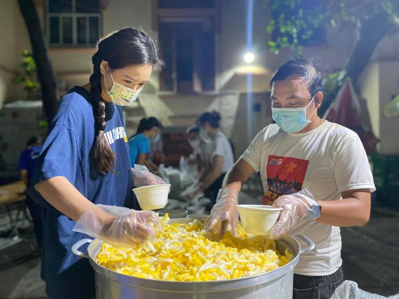 Mai Phương Thúy giản dị cùng nghệ sĩ làm tình nguyện viên chống dịch - ảnh 2