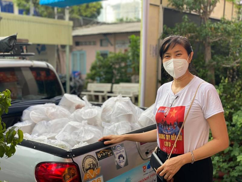Mai Phương Thúy giản dị cùng nghệ sĩ làm tình nguyện viên chống dịch - ảnh 8