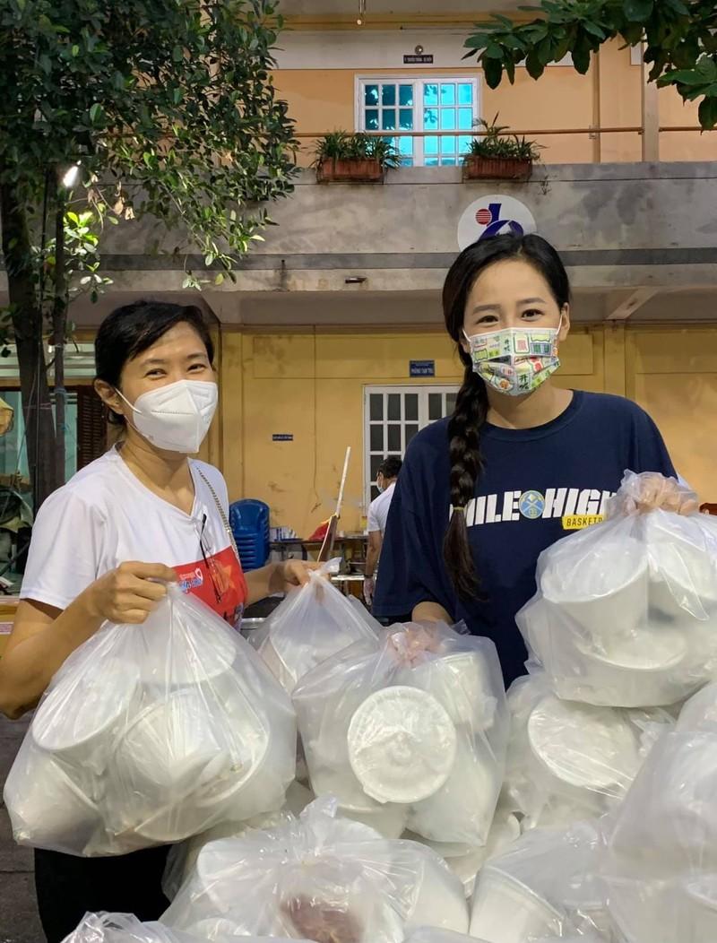 Mai Phương Thúy giản dị cùng nghệ sĩ làm tình nguyện viên chống dịch - ảnh 1