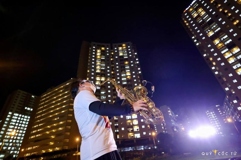 Nghẹn ngào nghe Trần Mạnh Tuấn thổi Saxophone ở bệnh viện dã chiến - ảnh 2